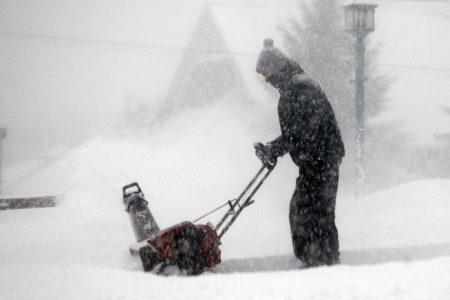 Winter storm blasts Midwest, leaves roads treacherous