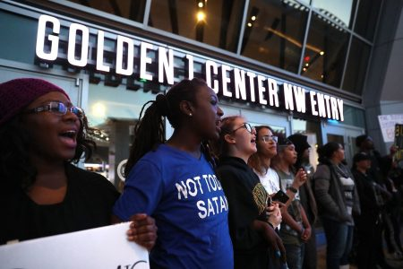 Sacramento police shut down admission to Kings game after demonstrators surround arena to protest police shooting