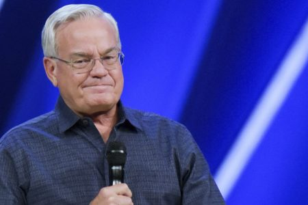Megachurch pastor Bill Hybels resigns, calls sexual accusations 'flat-out lies'