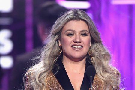 Kelly Clarkson honors victims of Santa Fe school shooting at Billboard Music Awards