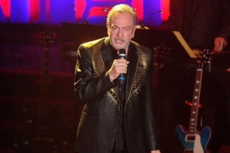 Neil Diamond thanks firefighters battling wildfire with surprise performance