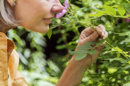 Smelling things that aren't there could be a sign of potential problems: Study