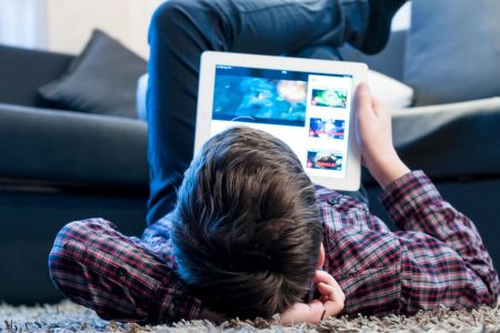 Health experts say parents need to drastically cut kids' screen time