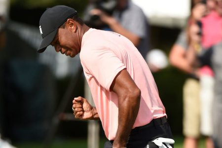 Tiger Woods, After an Eagle on 18, Shares the Tour Championship Lead