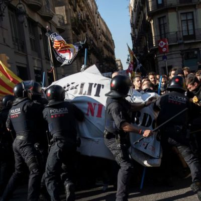The Latest: More clashes between Catalan separatists, police