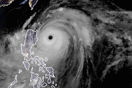 Powerful Typhoon Mangkhut slams into Philippines