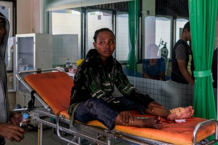 Days After Indonesia Tsunami, Burying the Dead and Begging for Aid