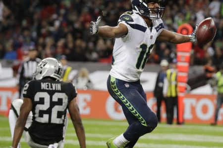 Seahawks roll behind Wilson's 3 TDs; Raiders QB Carr injured