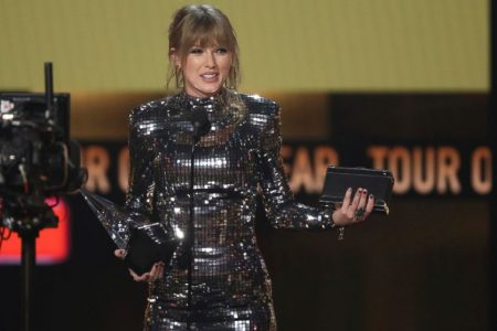 Taylor Swift gets political at American Music Awards, encourages people to get out and vote