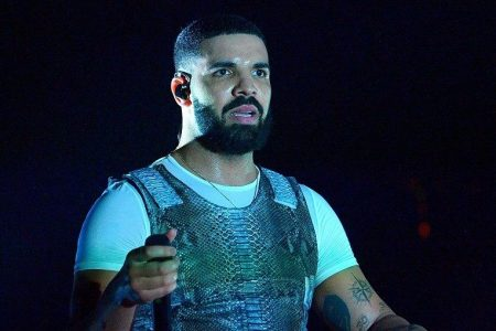 Drake slammed for kissing 17-year-old girl onstage in resurfaced video – Fox News