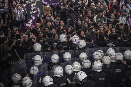 Istanbul police use tear gas to disperse Women's Day marchers – Aljazeera.com