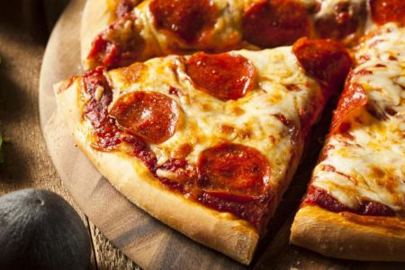 A pilot had pizza delivered to his planeload of passengers who were stuck during a snowstorm – CNN